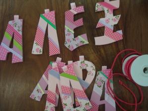 ξύλινα γράμματα για γιρλάντα ντυμένα με κορδέλες, ύφασμα και χαρτί